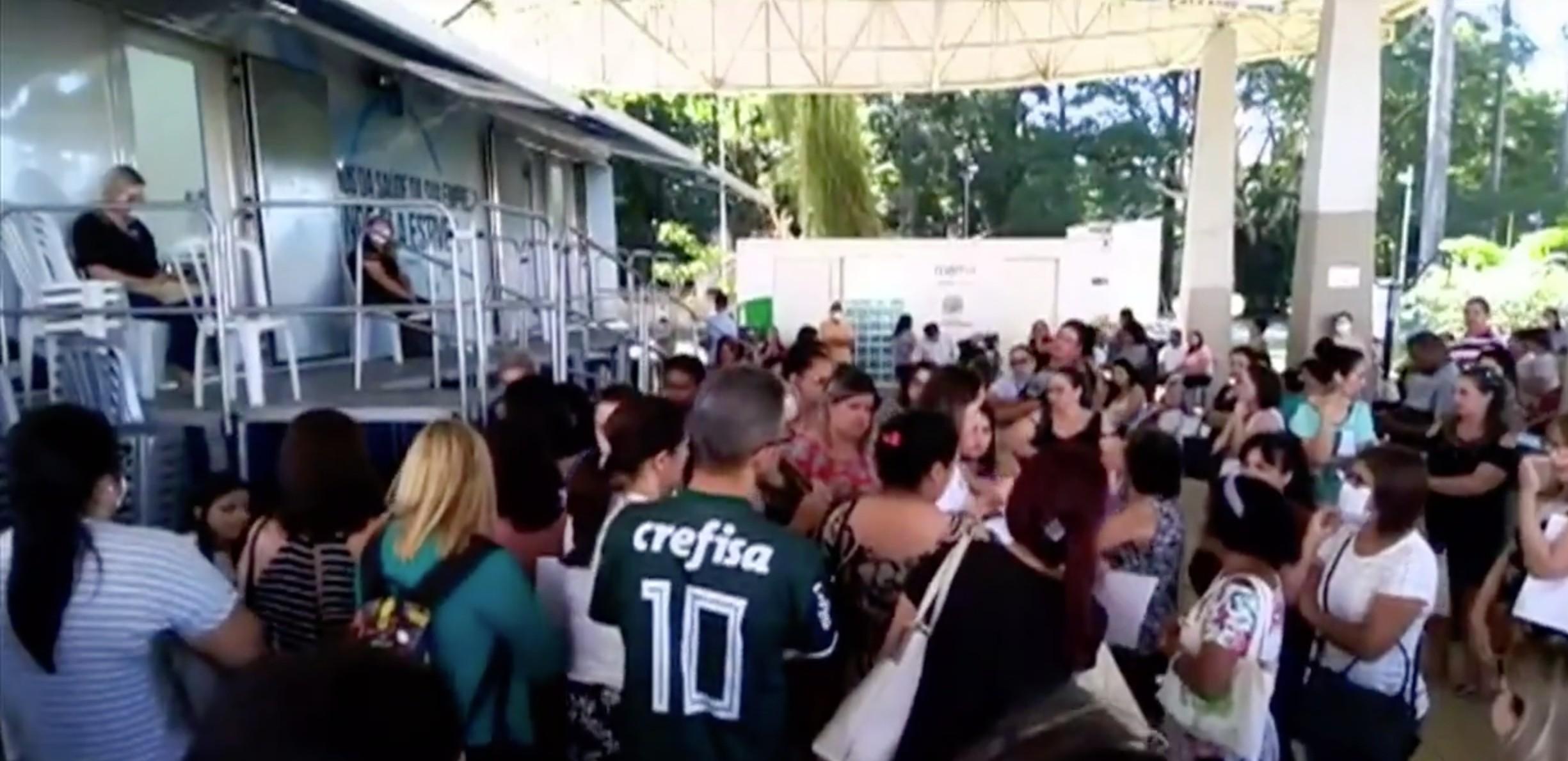 Fila para exame gera aglomeração no Parque da Cidade em São José