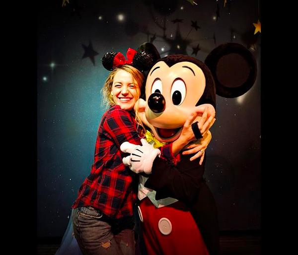 A atriz Blake Lively na Disney, abraçada com o Mickey (Foto: Instagram)
