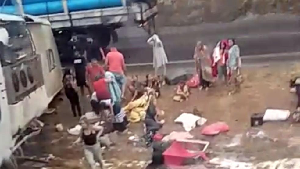 Ocupantes do ônibus saem do veículo após acidente na BR-040, em Sete Lagoas — Foto: Reprodução/Corpo de Bombeiros