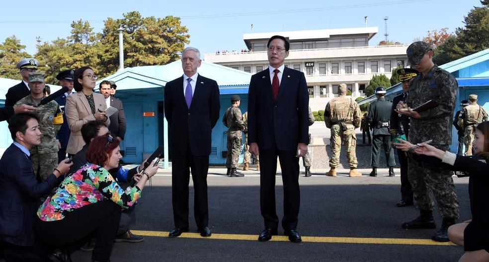 Secretários de Defesa dos EUA, Jim Mattis, e da Coreia do Sul, Song Young-moo, visitam nesta sexta-feira (27) o vilarejo de Panmunjom (Foto: Yonhap/via Reuters)