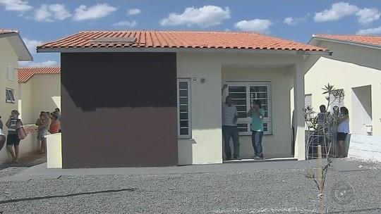 Famílias de Buritama recebem casas populares após quatro meses de atraso