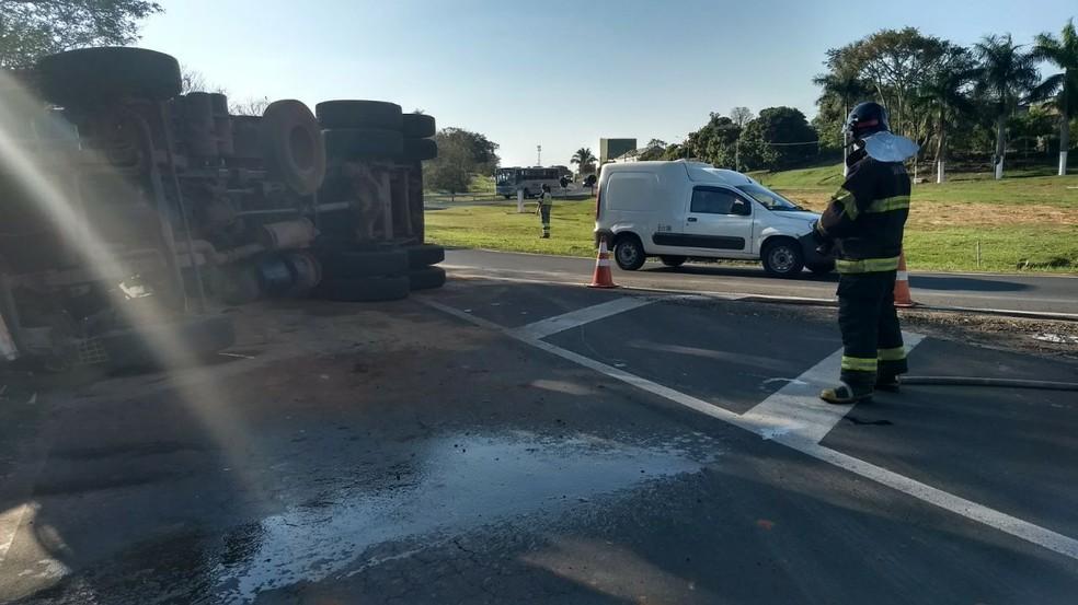 Motorista teve ferimentos leves e foi levado para Santa Casa de Tupã (Foto: João Trentini/Tupã FM)