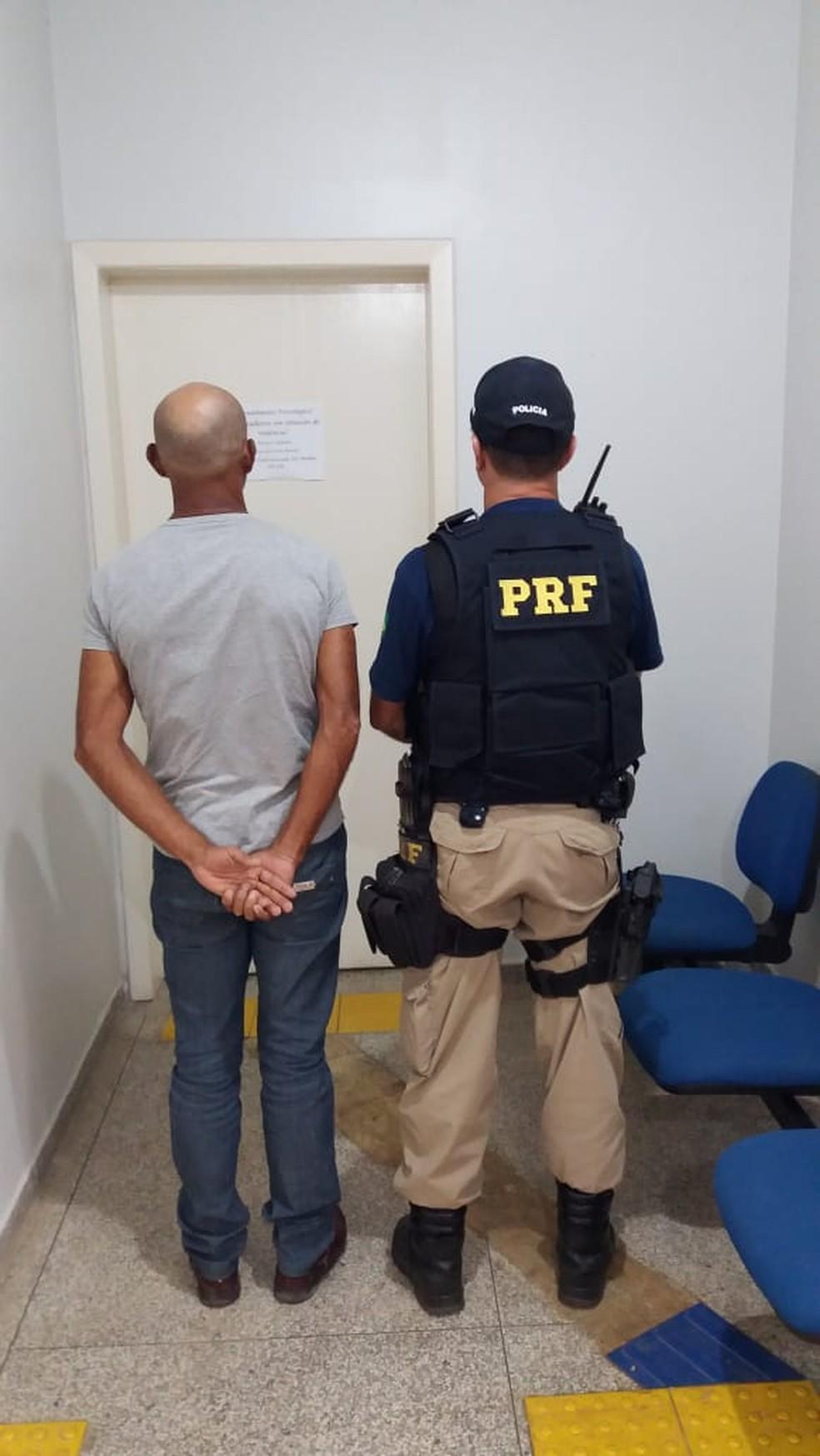 Passageiro que foi preso pela PRF com munição.  (Foto: PRF/ Divulgação)