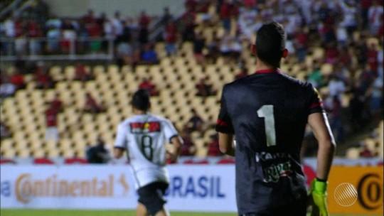 """Chamusca diz que emocional pesou após gol e admite atuação ruim do Vitória: """"Muito abaixo"""""""