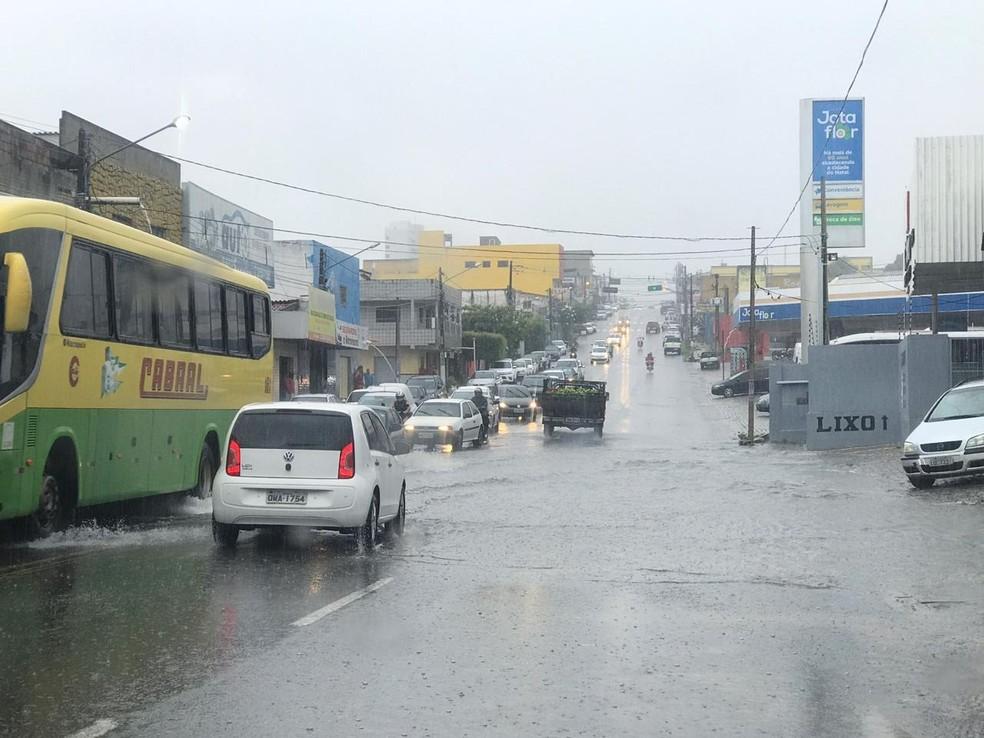 Alagamento na Avenida Coronel Estevam, conhecida por Avenida 9, na Zona Leste de Natal — Foto: STTU