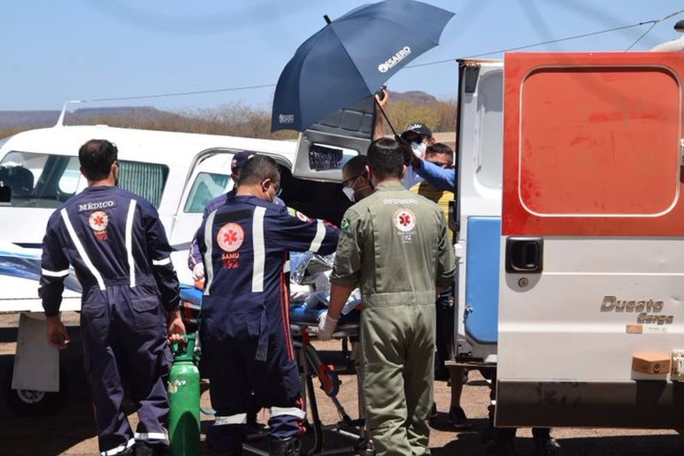 Menino de 3 anos que teve parte do corpo queimado é transferido de Picos para Teresina no Samu Aéreo. — Foto: Portal Riachão Net