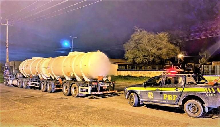 PRF apreende carreta com cerca de 45 mil litros de álcool, sem nota fiscal na BR-116