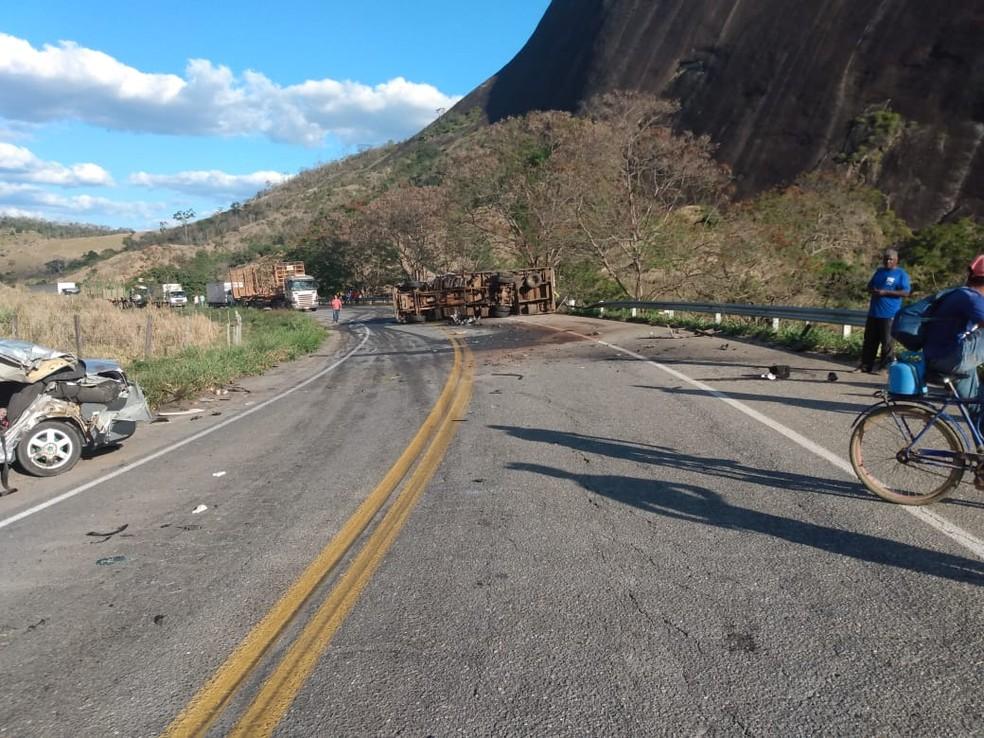 Caminhão tombou após colisão com carro na BR-418 em Teófilo Otoni — Foto: Polícia Civil/Divulgação