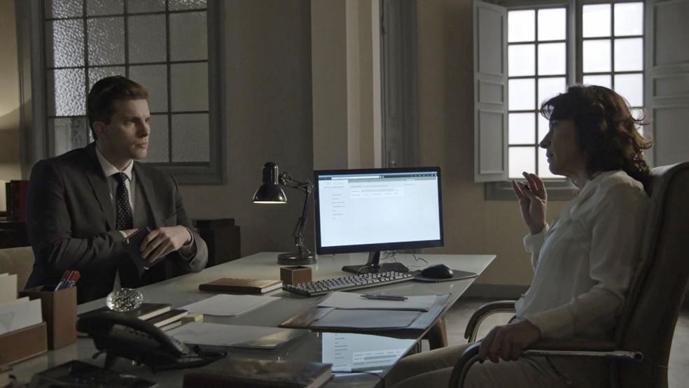 Patrick conversa com a médica em busca de provas que ajudem Clara (Foto: TV Globo)