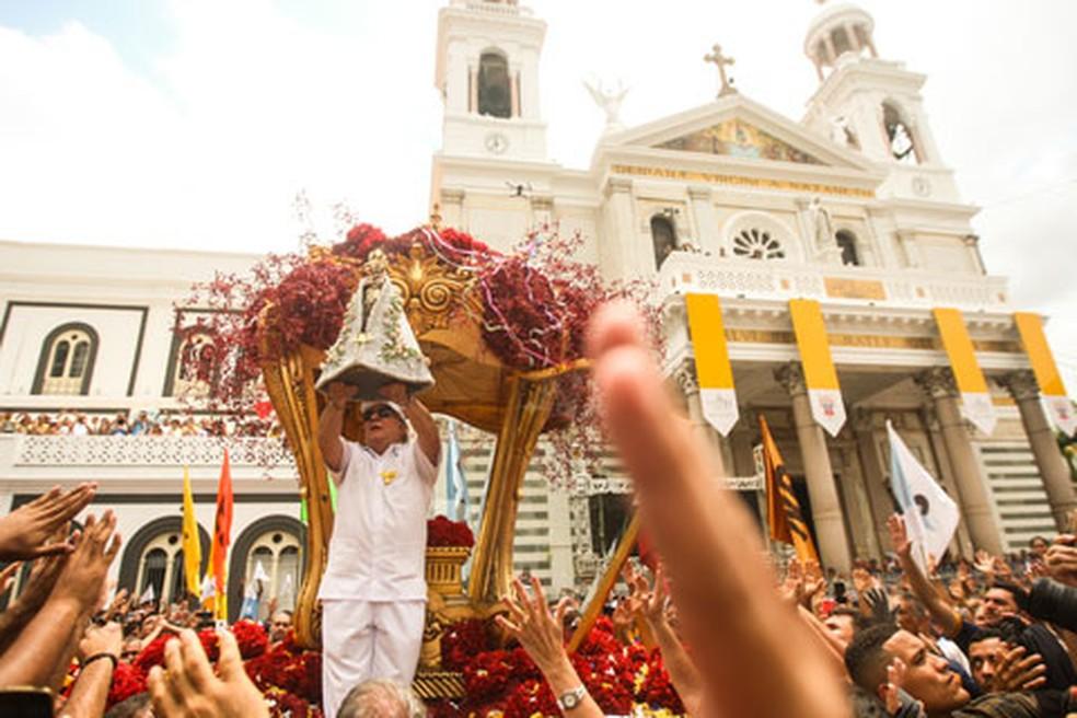 Imagem foi levada em procissão até o Santuário de Nazaré — Foto: Thiago Gomes/Agif/Estadão Conteúdo