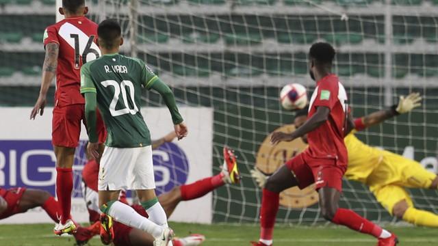 Ramiro Vaca marca o gol da vitória da Bolívia sobre o Peru