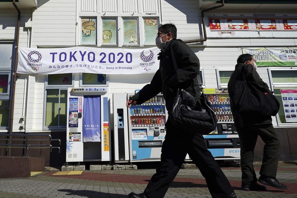 Cartaz da Olimpíada de Tóquio em estação na cidade de Miyagi, Japão, em 6 de março deste ano — Foto: Eugene Hoshiko/AP