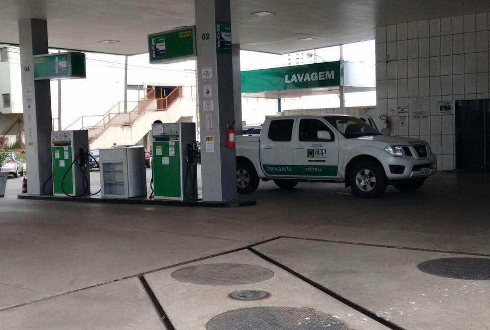 Posto foi lacrado por suspeita de adulteração de combustíveis em Piracicaba (Foto: Edijan Del Santo/EPTV)