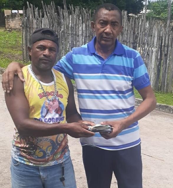 Lavrador encontra R$ 3.800 na rua, faz buscas pelo dono e devolve o dinheiro em Guimarães, no MA