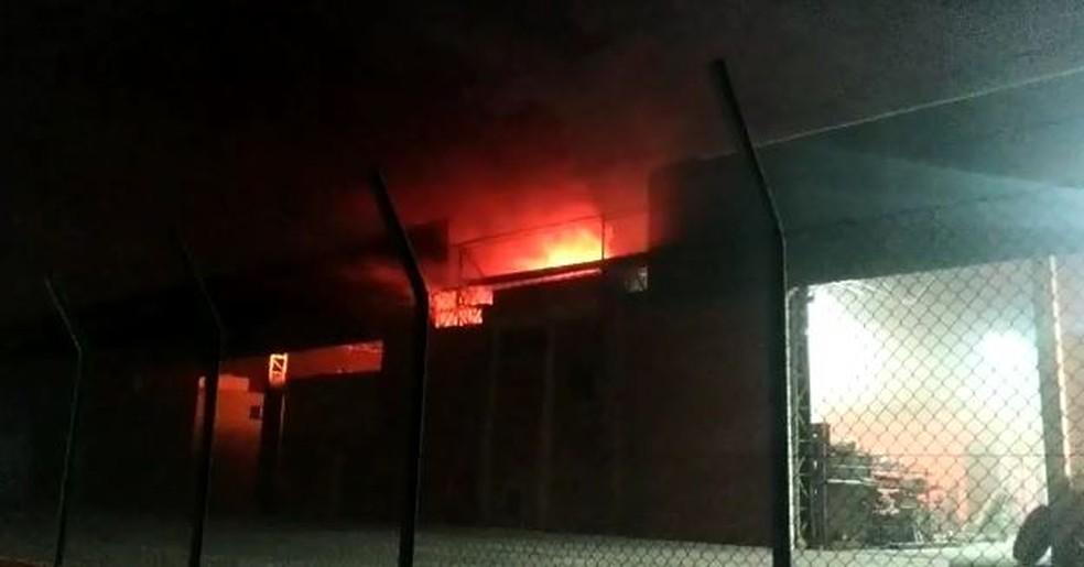 Incêndio foi registrado na noite desta terça-feira (22), em Itu — Foto: Fernando Bellon/ TV TEM