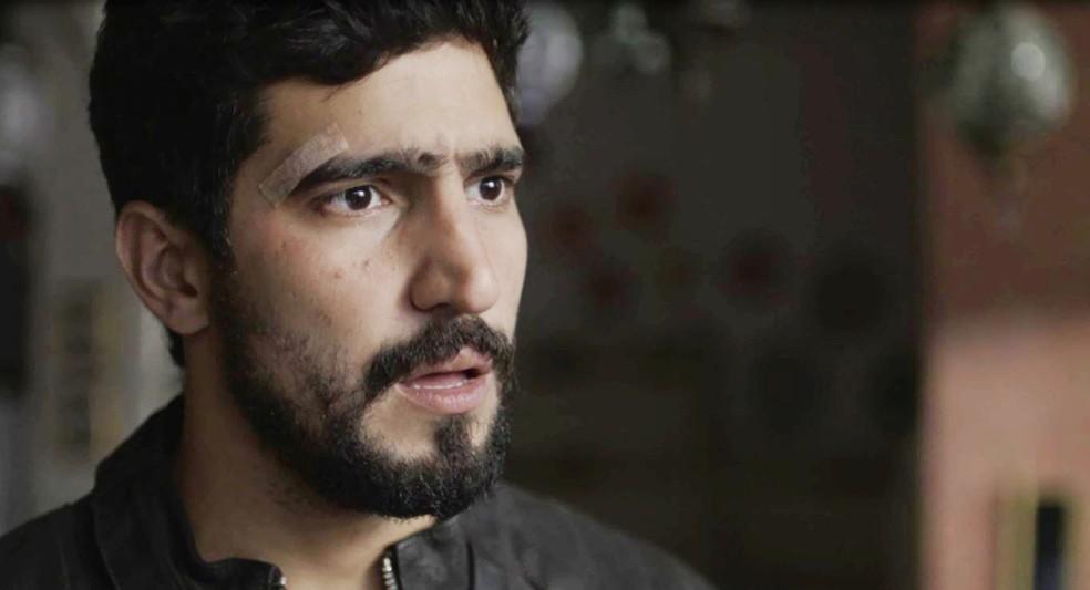 Jamil (Renato Goés) fica assustado com a declaração de Miguel (Paulo Betti)  — Foto: Globo
