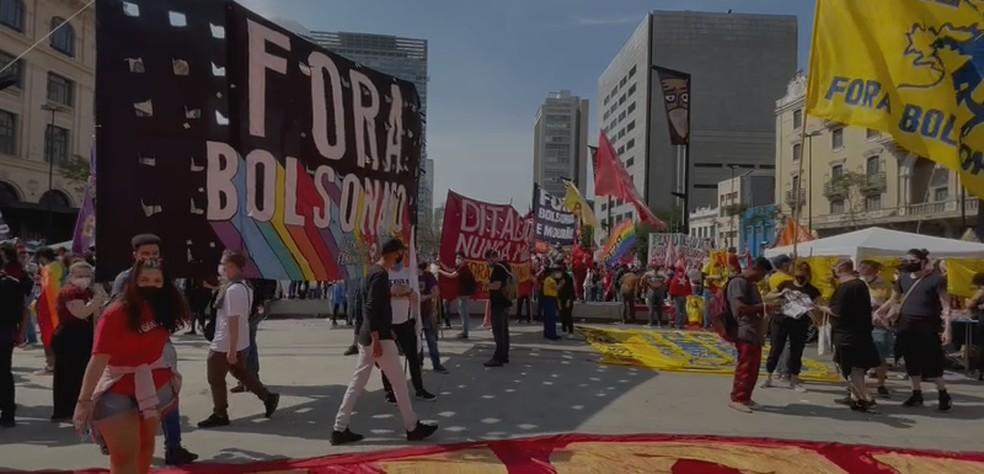 Ato contra o presidente Bolsonaro no Centro de SP — Foto: Reprodução/TV Globo
