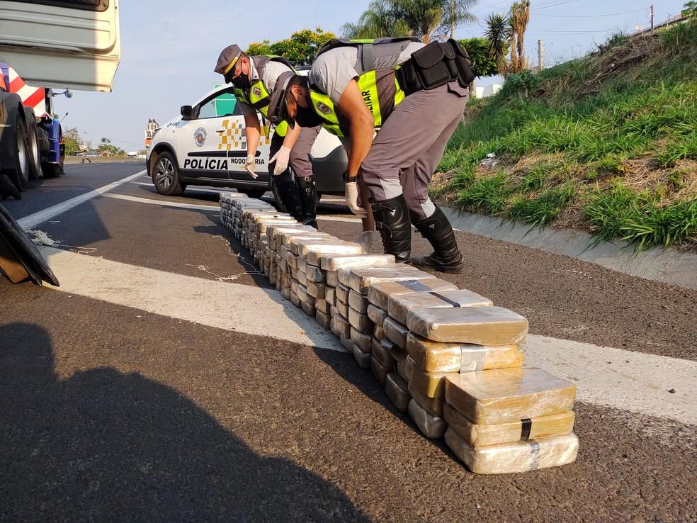 Motorista foi flagrado com drogas após se envolver em uma batida em Marília  — Foto: Divulgação/PM Rodoviária