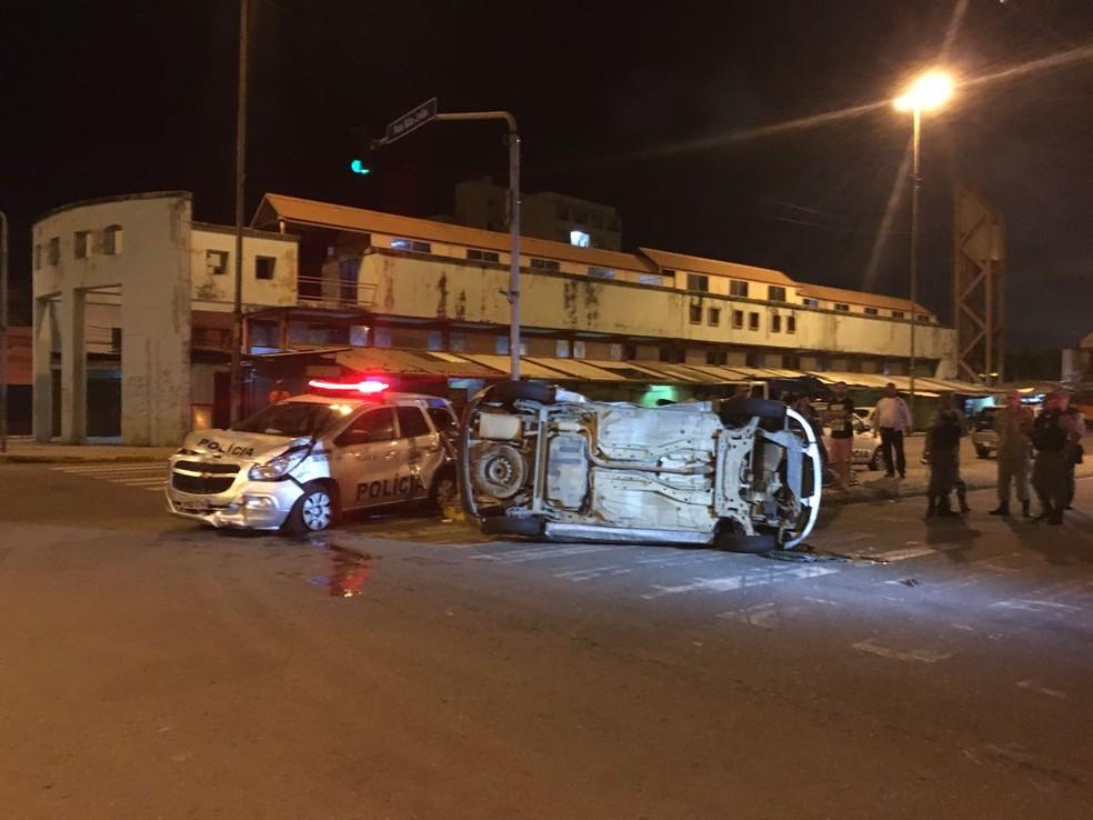 Viatura teve danos na parte dianteira e carro de passeio ficou com rodas para o ar (Foto: Reprodução/WhatsApp)