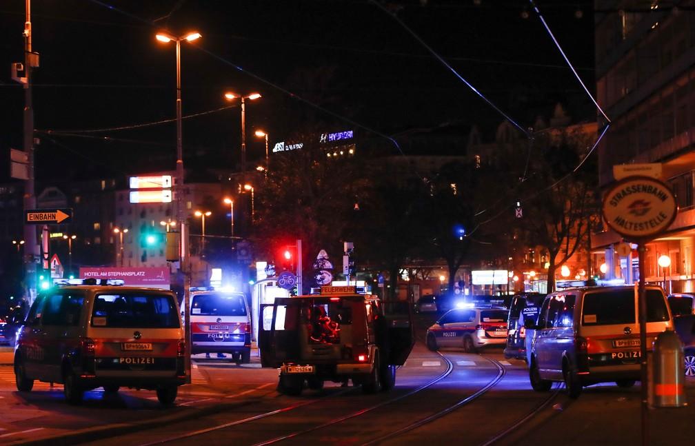 A polícia bloqueia uma rua perto da praça Schwedenplatz após um tiroteio em Viena, na noite desta segunda-feira (2). — Foto: REUTERS/Leonhard Foeger