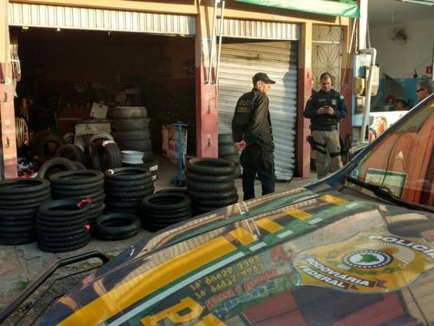 Policiais federais fazem buscas (Foto: PRF/Divulgação)