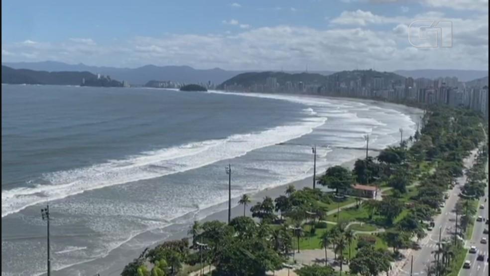 Praias 'desaparecem' com maré alta devido a ressaca que atinge a Baixada Santista — Foto: Reprodução