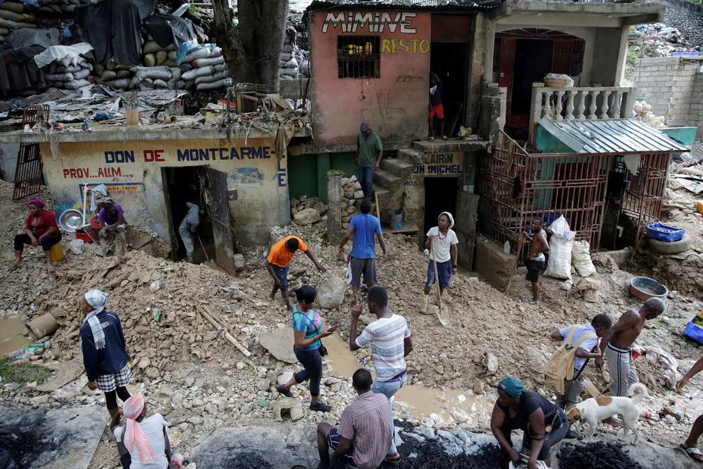 25 de agosto - Moradores caminham por uma rua afetada pela passagem da tempestade tropical Laura, em Porto Príncipe, Haiti — Foto: Andres Martinez Casares/Reuters