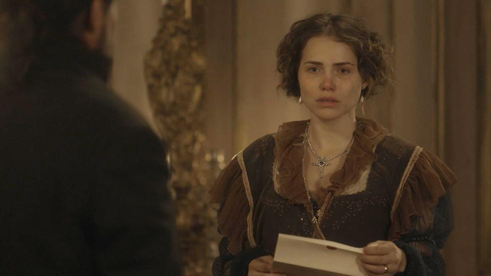 Leopoldina (Letícia Colin) fica devastada ao ler a carta escrita por Domitila (Agatha Moreira), em 'Novo Mundo' — Foto: TV Globo
