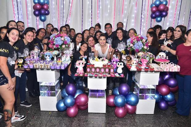 Naiara Azevedo na sua festa surpresa organizada pelos fãs (Foto: Leo Franco/AgNews)