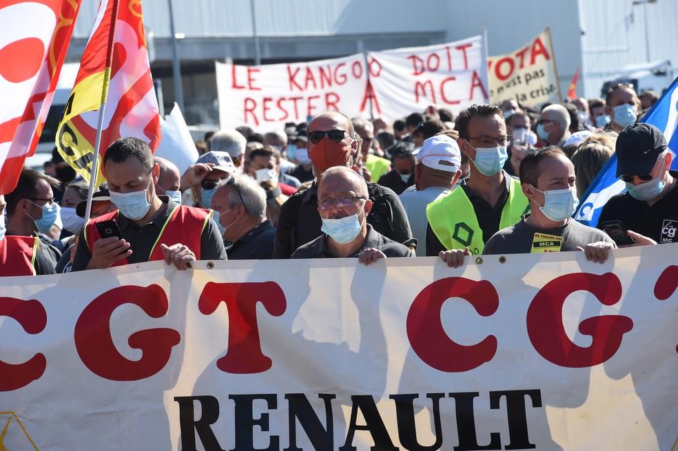 Manifestante segura bandeira durante ato neste sábado (30) contra a decisão da montadora Renault de cortar 15.000 empregos em todo o mundo — Foto: FRANCOIS LO PRESTI / AFP