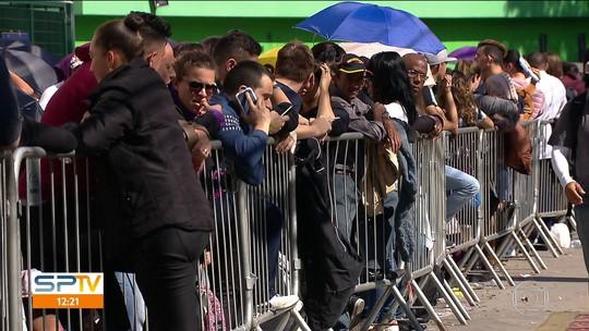 Cambistas estão pagando R$120 por lugar na fila do Coldplay