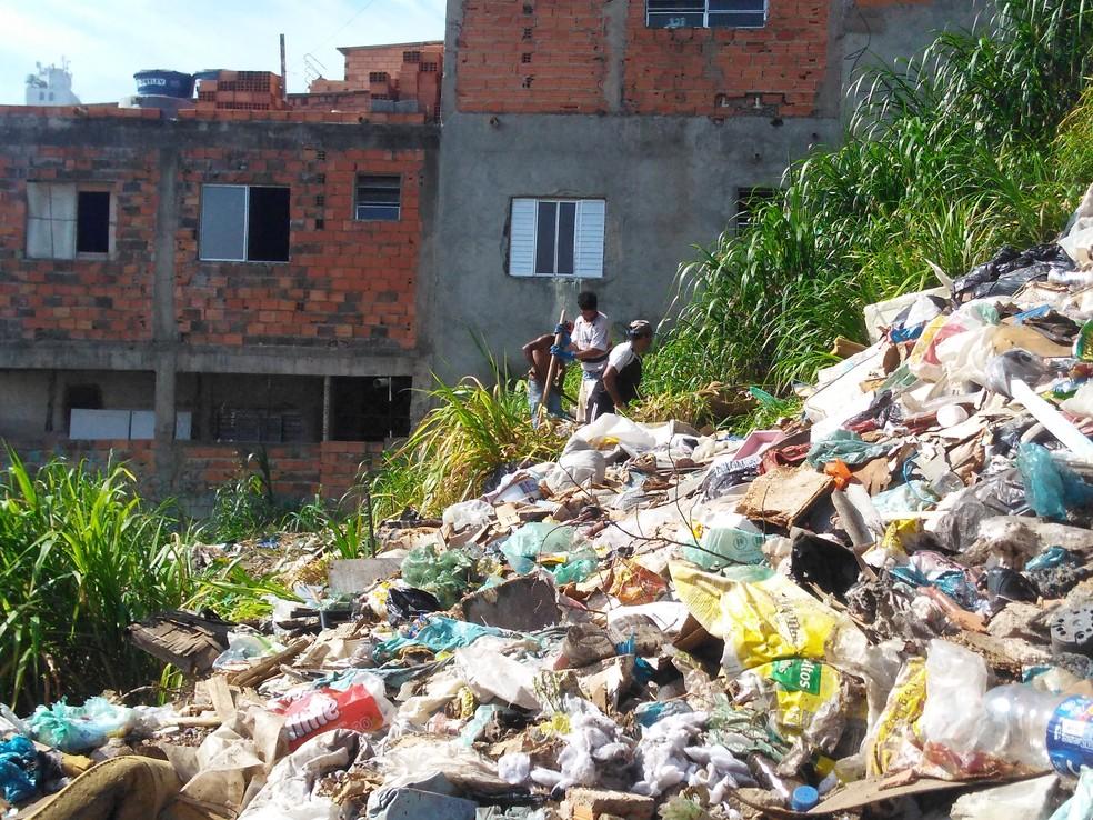 'Lixão' no Jardim Colombo tinha muito lixo orgânico e até colchão e sofá — Foto: Arquivo pessoal/Ester Carro