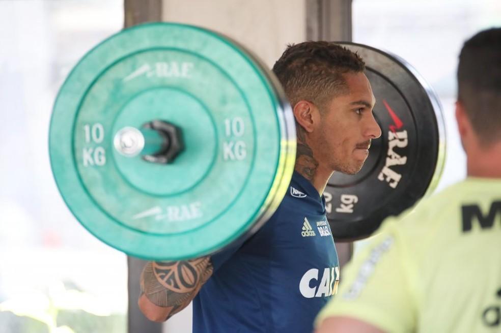 Guerrero em trabalho na academia no Ninho do Urubu (Foto: Gilvan de Souza / Flamengo)