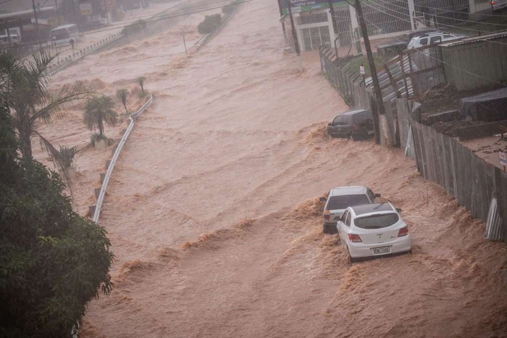 Carros são levados pela correnteza na região do Córrego dos Bagres, em Franca, SP — Foto: Igor do Vale