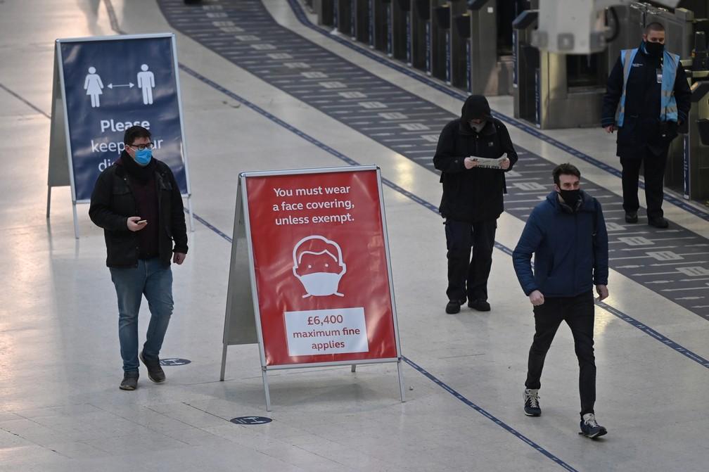 Passageiros usam máscara na Estação de Waterloo, em Londres, no primeiro dia do novo lockdown na Inglaterra — Foto: Justin Tallis/AFP