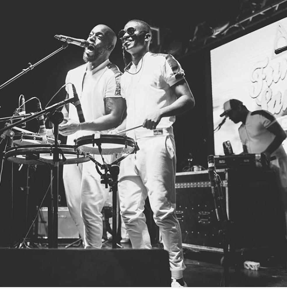 Thiago com o músico Vitor Art, seu parceiro na banda Funk Samba Club — Foto: Reprodução/Instagram