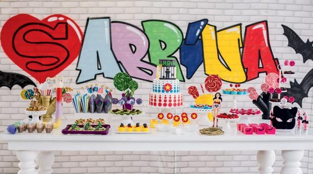A mesa – Ao fundo, um painel estilizado, que lembra um muro de rua, traz o nome de Sabrina.  (Foto: Thais Galardi/GNT)