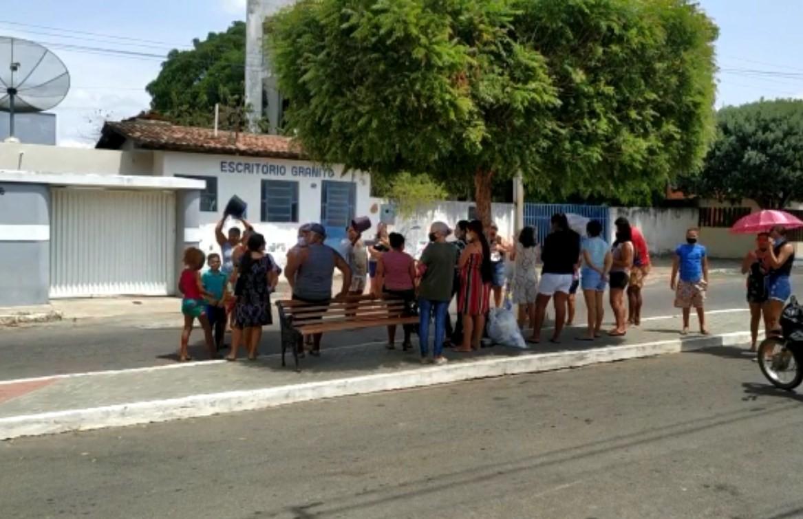 Sem água há mais de 20 dias, moradores de Granito fazem protesto  em frente ao escritório da Compesa