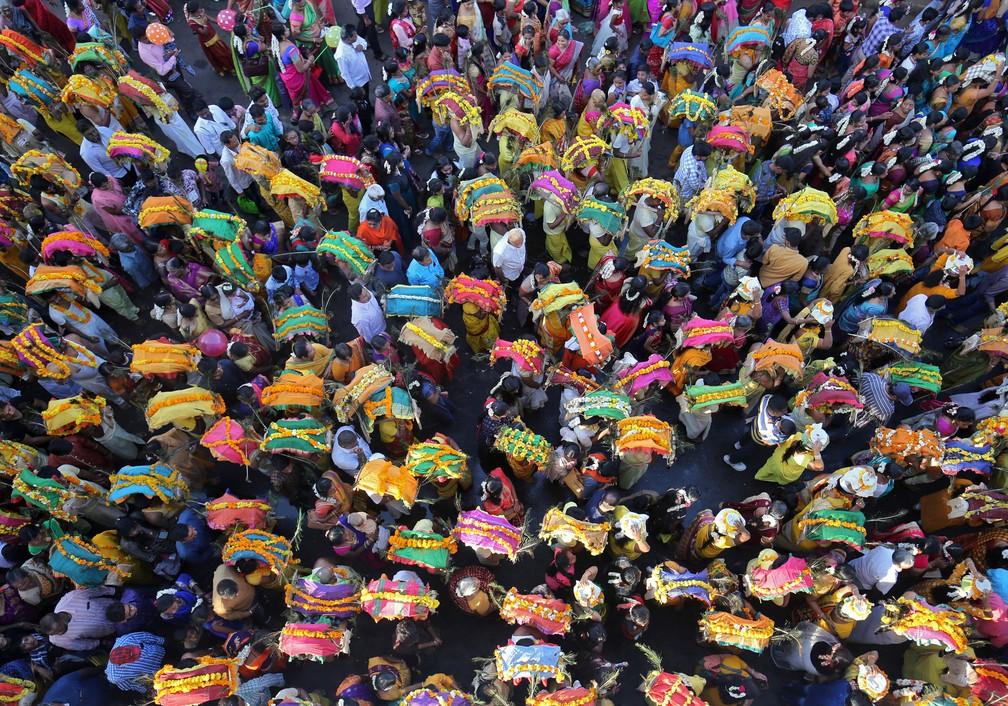 Procissão religiosa celebrada em homenagem ao deus hindu Muruga, em Ahmedabad, na Índia — Foto: Amit Dave/Reuters