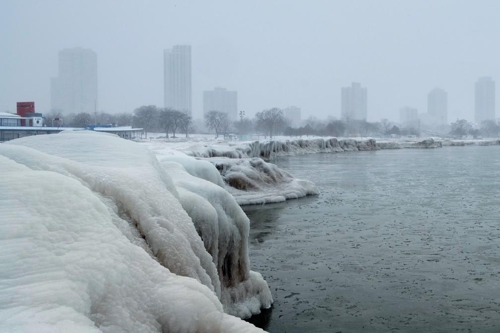 Vista de prédios em Chicago e beira do Lago Michigan congelada — Foto: Reuters/Pinar Istek