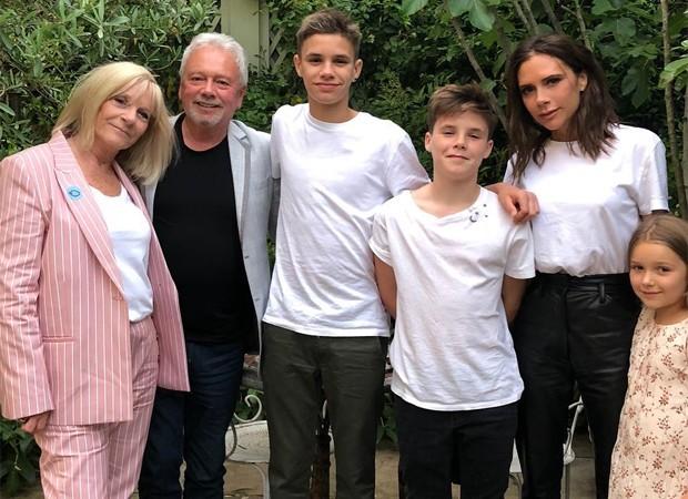 Victoria Beckham com os pais e os filhos Romeo, Cruz e Harper (Foto: Reprodução/Instagram)
