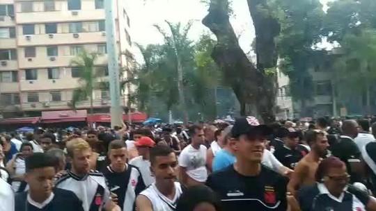 Do lado de fora do Maracanã, confusão e bombas em meio aos torcedores