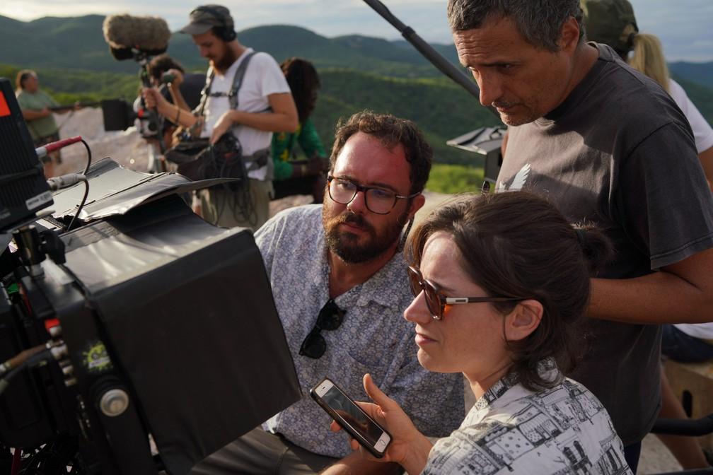 Os diretores Juliano Dornelles e Kleber Mendonça Filho e a produtora Emilie Lesclaux durante gravação de 'Bacurau' — Foto: Victor Jucá/Divulgação