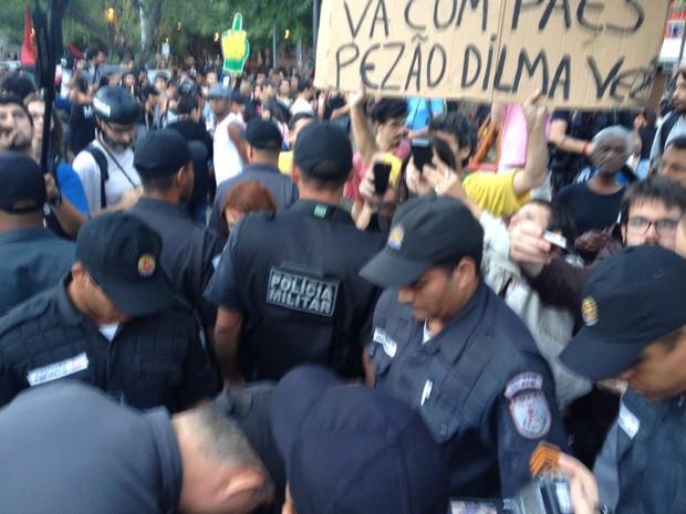 PMs faziam revistas em manifestantes perto do Maracanã (Foto: Henrique Coelho / G1)