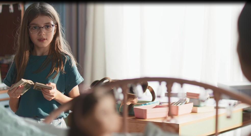 Sofia (Valentina Vieira) encontra os dólares na bolsa de Paloma (Grazi Massafera) em 'Bom Sucesso' — Foto: Globo