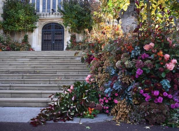 Rosas, hortênsias e dálias formaram arbustos floridos na entrada da capela de Windsor (Foto: Getty Images/ Reprodução)