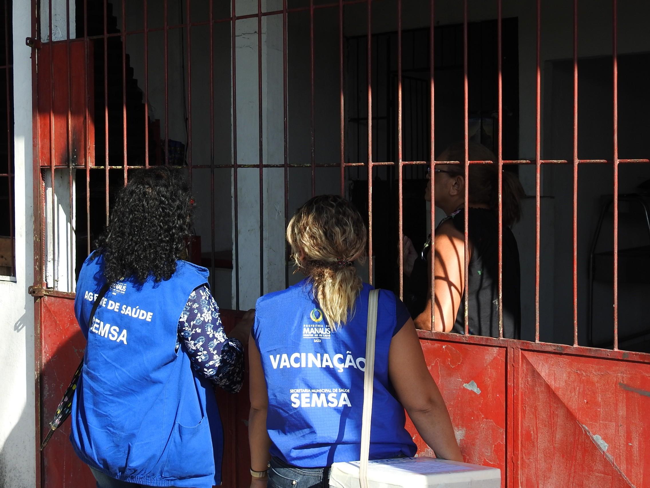 Agentes vão de casa em casa vacinar contra sarampo após aumento de números da doença em Manaus