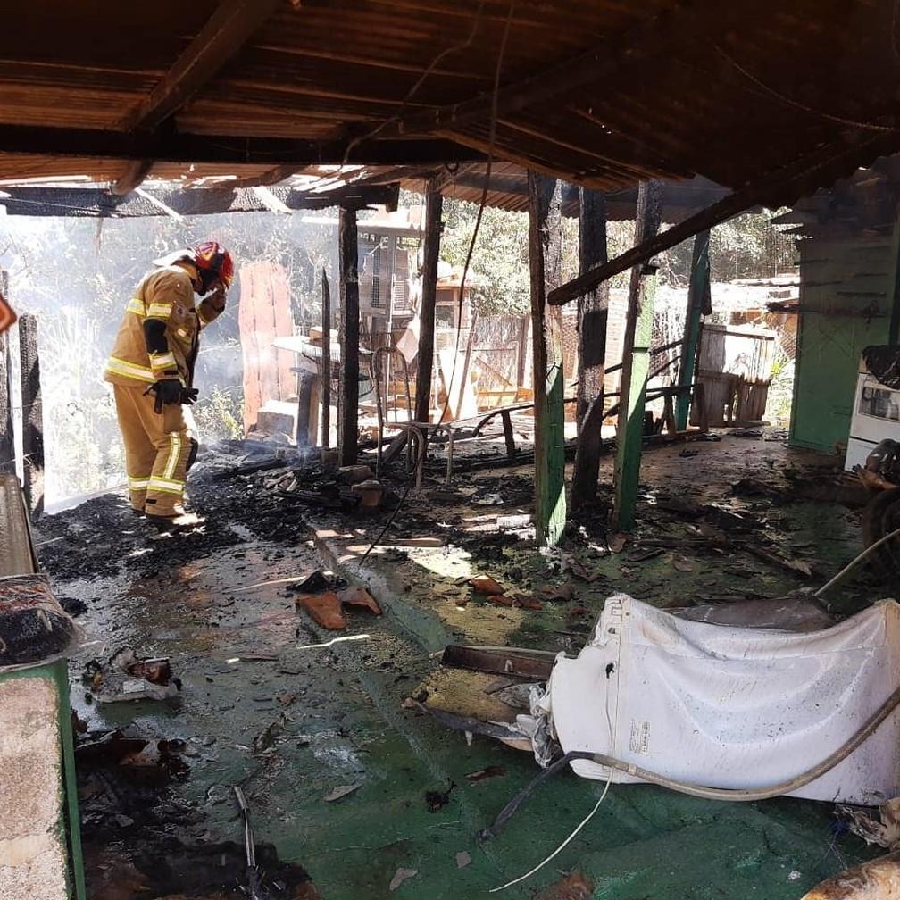 Chamas atingiram parte externa da casa em que homem teve 35% do corpo queimado em Varginha (MG) — Foto: Divulgação/Corpo de Bombeiros