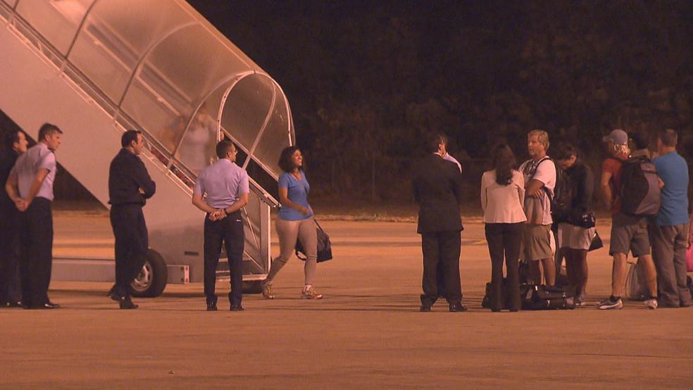 Passageiros resgatados desembarcando na Base Aérea (Foto: TV Globo/Reprodução)