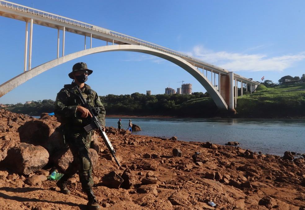Militar brasileiro patrulha a Ponte da Amizade, fronteira com o Paraguai, em Foz do Iguaçu — Foto: Christian Rizzi/Reuters
